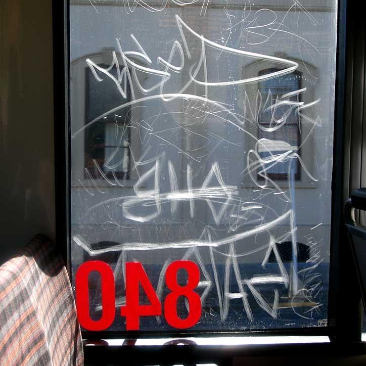 Antigraffiti-film som beskytter ruten på en bil eller buss